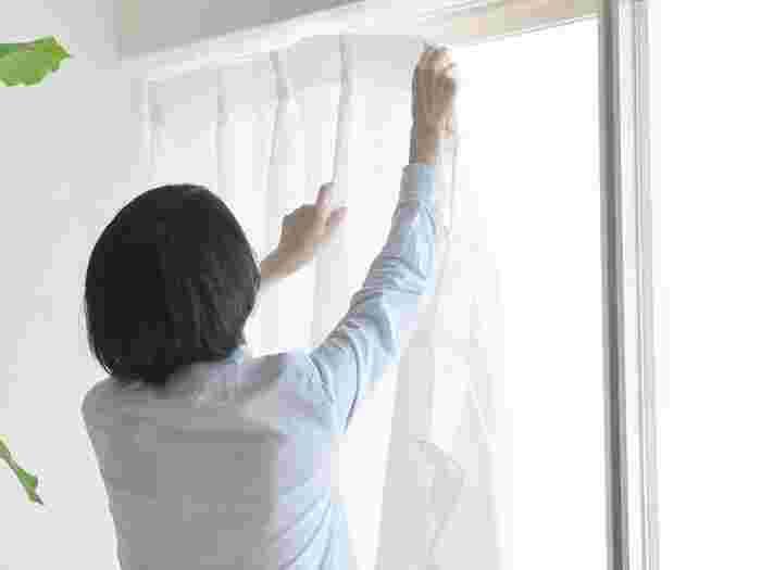 面積の広いカーテンは色や柄をチェンジするだけで、お部屋のイメージを大きく変えることができます。大掛かりな模様替えをするのは大変…という方でも、カーテンなら気軽に挑戦しやすいですよね。風水ではカーテンの「色」も、寝室の環境を整えるための大事な要素として考えられています。
