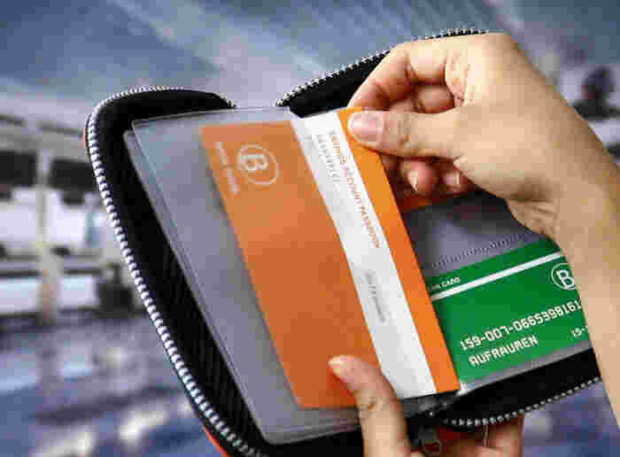 中の透明ファイルケースは取り外しも可能で、メッシュ地のポケットもついており、印鑑やメモなど大切なものも一緒にしまえます。パスポートも入るサイズなので、旅行のときには、トラベルケースとしても役立ちます。  【この商品のポイント✓】 □通帳の収納︓8 □カードの収納︓8 □⽣地︓ネオプレン(伸縮性のある素材) □磁気遮断機能︓×