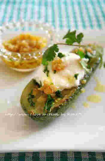 ズッキーニを、ニンニクと塩麹のうまみがきいたソースとポーチドエッグでいただきます。食べ応えのある前菜ですね。