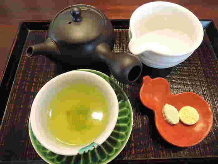 お店でいただけるお茶は6種類ほど。こちらは少しぬるめのお湯で淹れる「上煎茶」。三煎ぐらいいただけるので、茶葉の香りや甘みなどを味わうことができますよ。ひょうたん型のお皿に盛られたお茶菓子も上品。