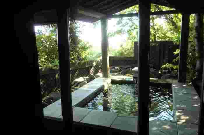 アジアンリゾートを思わせるホテルですが、お風呂はもちろん温泉です。ミストサウナもあり貸切は内風呂、半露天風呂、露天風呂とお好きなものを選べます。
