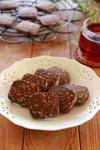 アーモンドには、毎日のめぐりを良くしてくれるフィトステロールが含まれています。そして、体内環境を整える作用も。  香ばしいアーモンドの、ほろ苦いココア風味のクッキーです。ざくざく刻んだアーモンドがたっぷりと入っているので、食べ応えも十分。