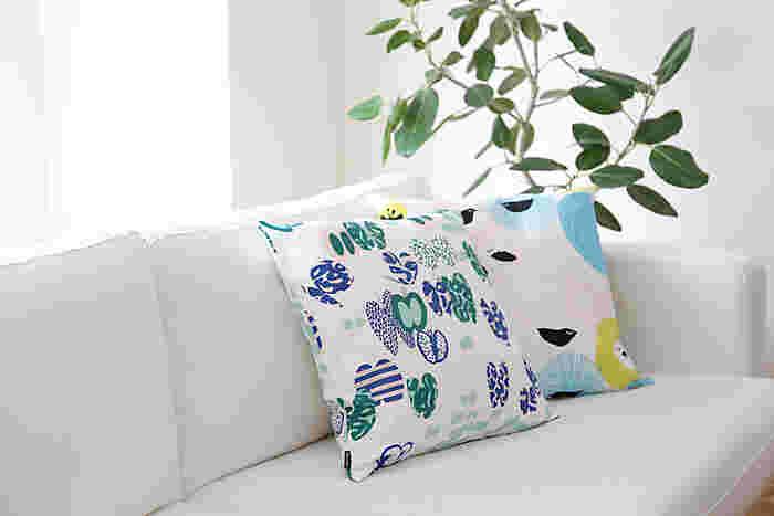 フィンランドの人気テキスタイルブランド『Kauniste(カウニステ)』は、若いデザイナーが手掛ける先進的なデザインが特徴的。  こちらのクッションカバーもその一つ。 商品名の「Perhonen(ペルホネン)」とは蝶のこと。さまざまな色・柄のちょうちょが所狭しと飛び交っています。見ているだけで気分がウキウキしてくるデザインですね。