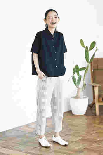 短め丈のリネンシャツ。ドロップショルダーが、ハンサムながら女性らしい雰囲気を醸し出してくれます。アンクル丈の美シルエットのパンツに合わせて、ちょっぴりマニッシュな装いに。