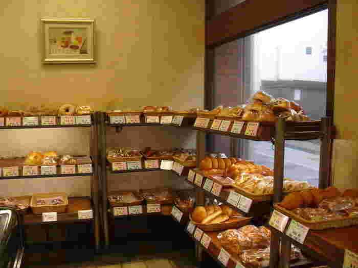 お店のかなは昔ながらのパン屋さんの雰囲気です。牛乳パン以外にもさまざまな種類のパンが焼かれています。