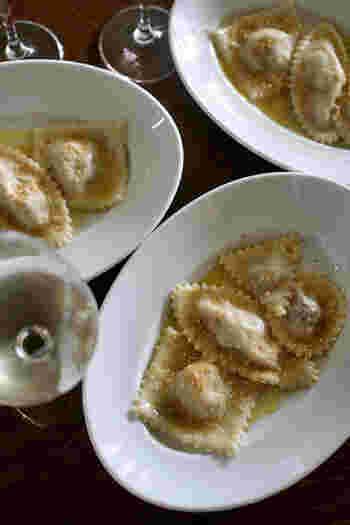 ラビオリの形や味に変化をつければ、おもてなしにも喜ばれそうなレシピです。 パスタ生地なのでボリュームもバッチリありながら、味の変化を楽しめるおつまみとしておすすめです。  こんなおつまみがあるとお酒もすすみますね。