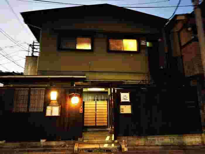 赤城神社近くの路地裏をすすんだ曲がり角に立つ「カド」。黒塀が趣きのある築70年一軒家をリノベーションしたお店は、まさに大人の隠れ家。