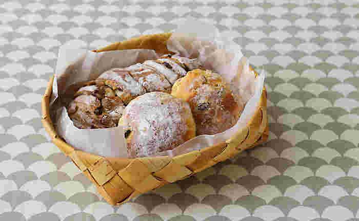 お店で買ってきたパンやお菓子。来客時などはあたたかみのある白樺かごに入れて出してみましょう♪お皿で出すよりも、ずっと美味しそうに見えませんか?