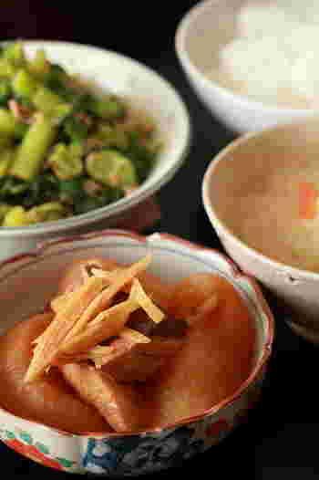 魚のあらを使ったレシピはいかがでしたか?基本的に「霜降り」をめんどくさがらずにしっかり行えば、定番人気のぶり大根も、材料・調味料を鍋に入れて煮込むだけ。意外に簡単なんです。 自分好みの「あら」レシピを身に着ければ、旬の魚もぐっと身近に。きっと健康と家計を支える、頼もしい味方になってくれるはず♪