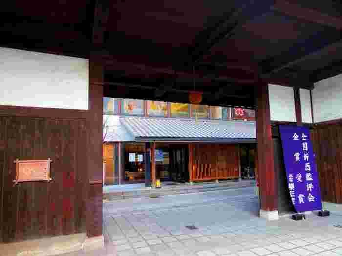 日本三大銘醸地の2つ目は兵庫・灘。有名な酒造があり、ほろ酔いコースの定番となっている魚崎郷にある「櫻正宗記念館」は、酒造としては珍しく、記念館・売店・レストランが1つの建物に集約されていて入りやすい雰囲気です。