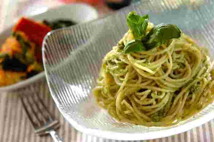 爽やかなバジルの香りが楽しめるジェノベーゼも、イタリアンの定番パスタ料理のひとつです。バジルや松の実などの材料をミキサーに入れて撹拌するだけで、自宅でも簡単に本格的なジェノベーゼソースがつくれますよ。