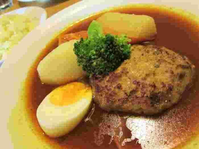 ハンバーグもスープカレーによく合う食材。肉汁たっぷりのひき肉がスープを吸ってますますおいしくなるんです。このほか、寄せ豆腐や納豆・なめこ・オクラのネバネバカレーなど変わり種メニューも。