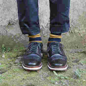 ボリュームのあるリブボーダーソックスに革靴を合わせると、端正な表情が際立ちます。