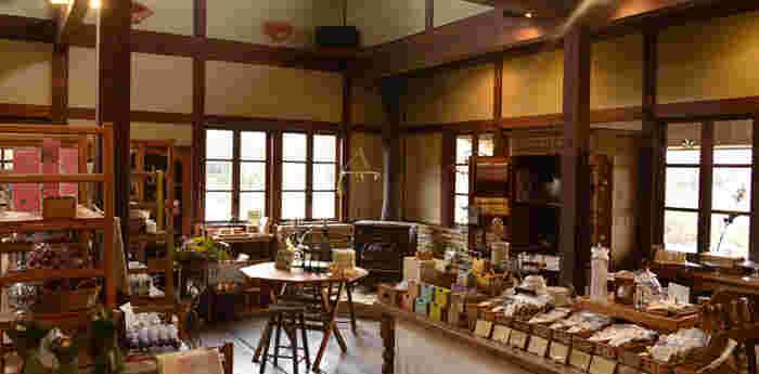 レストランに併設されているショップでは、キッチンの道具を中心に日々使うことを楽しめるような質の良い道具を取り扱っています。ブレンドハーブティーやアロマエッセンシャルオイルもこちらでどうぞ。
