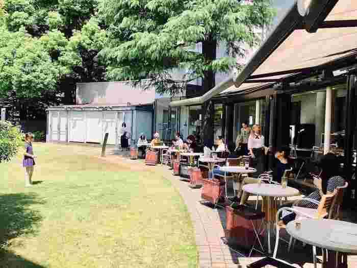 1938年に私邸として建造された建物を改装し、現代美術専門館として1979年に開館しました。美術館の一角にある「カフェ ダール」は、入館者のみしか利用できませんが、中庭に面したカフェは人気が高く、外気が心地よい午後はゆったりとランチやお茶を楽しむ人で賑わっています。