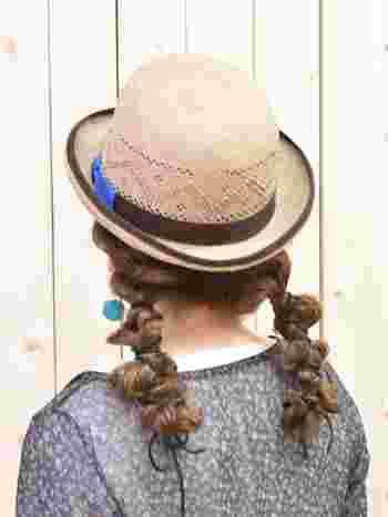 クシュッと無造作に編んだツインテールは、麦わら帽子を取り入れたコーディネイトをオシャレに見せてくれます。
