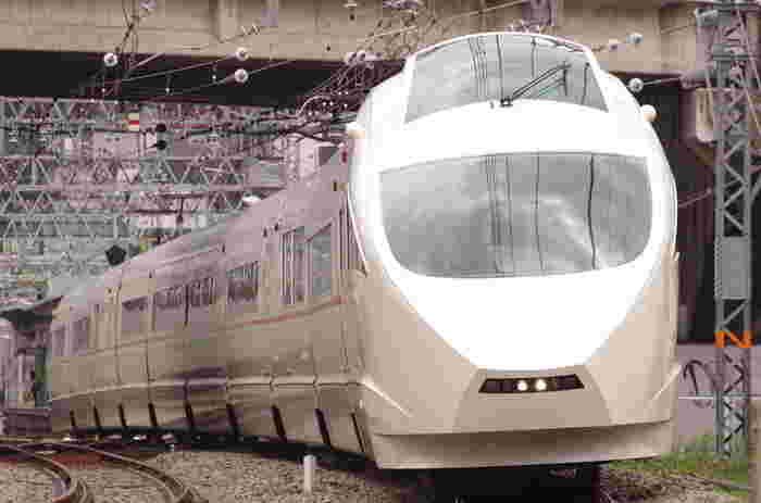 こちらのVSE(50000形)は、2005年に運用が始まった新たしいタイプの車両です。 展望席の座席指定の予約も可能ですが、人気なので、早めの予約がおすすめです。