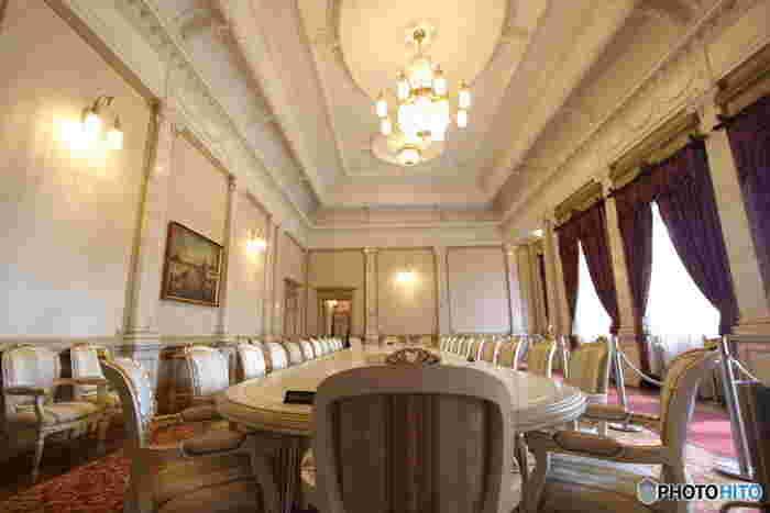 特に華やかな造りの「正庁」と呼ばれる部屋は、見どころ満載。天井の細やかな漆喰飾りの中には、山形の名物「紅花」や「さくらんぼ」などが隠れているのだそう。