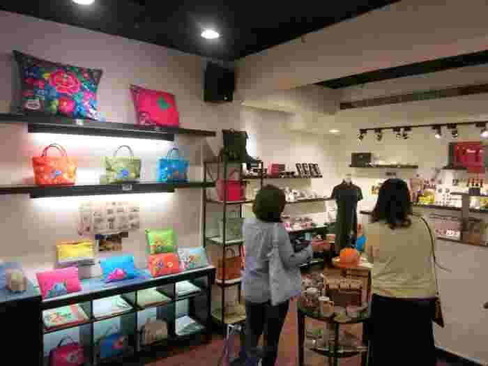 ここからは、 「スーパーだけでなく、雑貨屋さんでもお土産を選んでみたい!」 という方向けに、台北で人気の雑貨店をご紹介。  おしゃれな雑貨店が並ぶ台北の中心地「永康街」にある雑貨屋さんをピックアップしてみました。  お手頃価格で買える、キッチュな中華雑貨やシノワズリ系雑貨をお探しの方はぜひチェックしてみてくださいね♪  一番のおすすめは軽くてかわいいファブリック雑貨です。