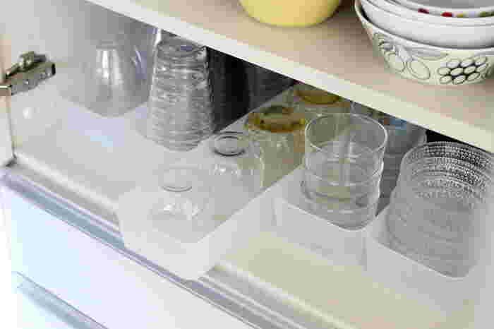 食器棚の中にグラス類をしまう時は、奥のものが取り出しやすいようにトレーを使うのがおすすめ。トレーの中に滑り止めマットを敷いておけば、取り出す時にコップ同士がぶつかることを防いでくれます。
