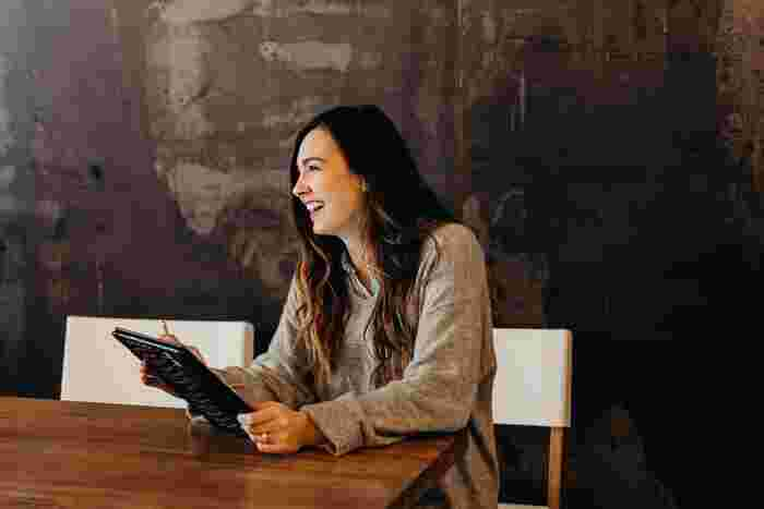 労いの言葉としてすぐに思いつくのが「お疲れ様です」や「ご苦労様です」という言葉ではないでしょうか。円滑なコミュニケーションを図るため、挨拶として職場内で交わされることも多いでしょう。