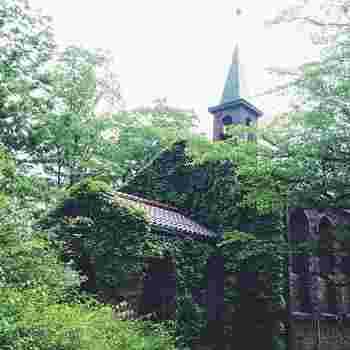 長野県安曇野市にある碌山美術館は彫刻家荻原守衛(碌山)の作品を展示した美術館。教会のようなつたの絡まる建物が美しく、まるで外国のような雰囲気です。荻原守衛がキリスト教徒だったことから教会風の建物になったそうです。