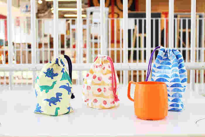 幼稚園や保育園で必要になるコップ袋も、手ぬぐいで簡単に作ることができます。手ぬぐいの生地は乾きやすいので衛生的!もちろん、底付きの巾着袋としても使うことができますよ。