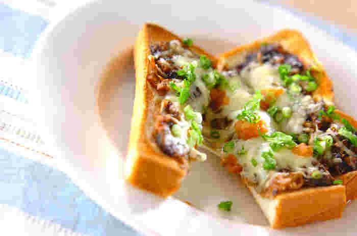 のり佃煮と梅干を使った和風のピザトースト。のり佃煮とチーズは、意外と好相性◎。仕上げに刻みネギを散らせば、見栄えもアップします。いろんな佃煮を利用して、アレンジの幅を広げてみるのも楽しそうです。