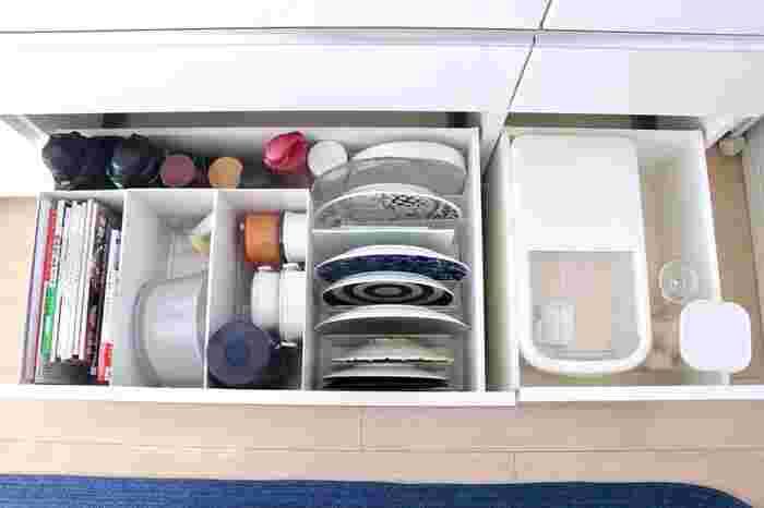 キッチンボードの深い引き出しの活用例です。重なると取り出しにくい大皿も、仕切りスタンドで縦方向に収納すれば、一枚ずつ楽に取り出せます。出番の少ないアイテムも、何がどれだけあるか把握できるように収納すれば、もっと活躍させることができそうですね。