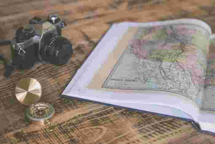 夏休みやお盆などの休暇に行く海外旅行は今からとっても楽しみですよね。ただでさえもウキウキして楽しい旅行ですが、現地の人とコミュニケーションを取れれば、もっと楽しめそう。この記事では、覚えておくと便利な、簡単なトラベル英語をご紹介していきます。