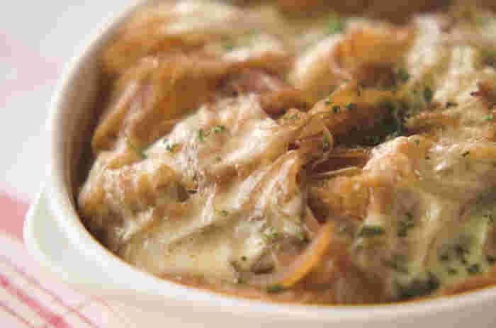 基本のオニオングラタンスープは、玉ねぎをじっくり炒めてあめ色に仕上げ、ブイヨンを加えたら、薄く切ったフランスパンやチーズとともに、こんがりとオーブンで焼きます。