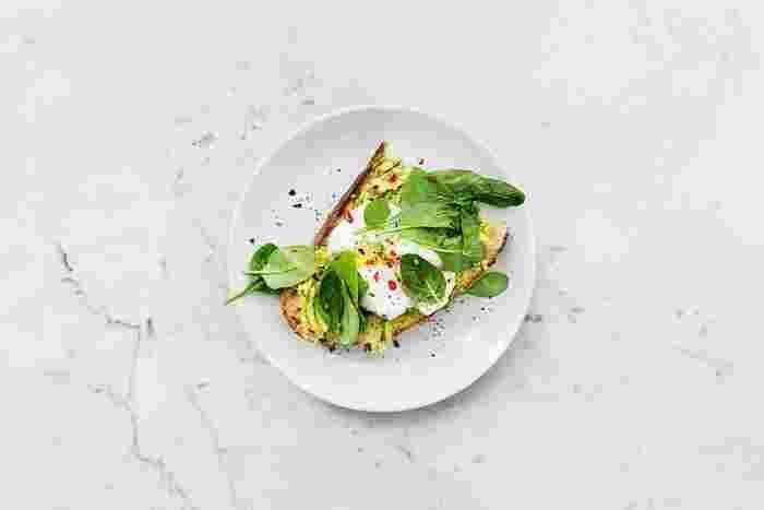 体重が減らないからといって、減らすためにさらに食べなくなるのは逆効果です。必要な栄養素が摂取できず健康上も良くありません。さらなるカロリー制限はせず、余分な糖分をとっていないかなどバランスを見直しましょう。