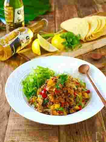 タコスに合うものはピタパンにも合うでしょう♪タコミートをピタパンに挟んで食べるのもおすすめ。こちらは、野菜たっぷりのタコミートレシピです。合い挽き肉に、玉ねぎやパプリカなどの野菜を彩り良く加えて作ります。パプリカは最後に加えるのがコツ。味付けは市販のシーズニングを使うと簡単です。レタスなどの葉物野菜と一緒にピタパンに挟んでみましょう。