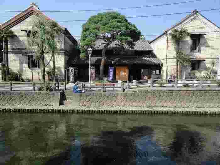 巴波川沿いにある立派な建物は「横山郷土館」。明治時代に建てられた栃木共立銀行の建物がそのまま残っている貴重なものなんです。もともと横山家は麻問屋を営んでいたことから、店舗の右半分で麻問屋、左半分で銀行を営んでいたそう。登録有形文化財に指定されているほど有名なので、ぜひ立ち寄ってみてください。