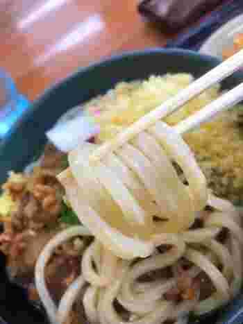 専用のうどん粉を用いた麺はツヤとコシが抜群。天ぷらなど60種以上ものサイドメニューからお好みのトッピングが選べるセルフ店で、ベビー優先席もあり、赤ちゃん連れでも安心して利用できます。営業は夜21時まで。
