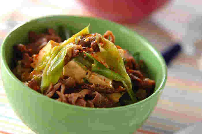大きめの木綿豆腐を崩しながら食べるとおいしい! 主な材料は牛肉細切れ、木綿豆腐、青ネギだけ。調味料には 酒、みりん、砂糖、しょうゆ、だし汁、七味唐辛子です。