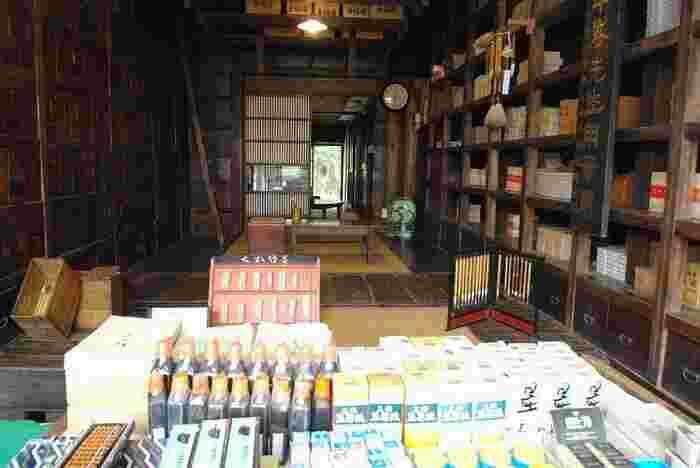 昭和の文具店を再現。そろばんや墨汁、筆、でんぷん糊などが陳列されています。左手に見える引き出しは、映画「千と千尋の神隠し」の釜爺がいるボイラー室の壁一面の引き出しのモデルとなっているのだそう。