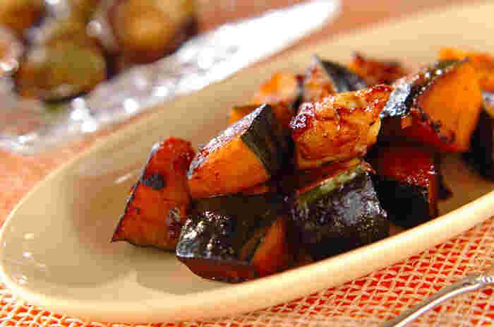 あらかじめかぼちゃをレンチンしてから炒める時短レシピ。豆板醤がきいたピリ辛の大人の味付けは、暑くて食欲のない日でもご飯がすすみそう。