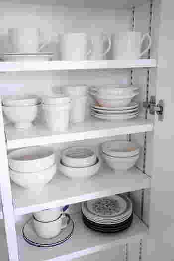 持っている器の種類がたくさんあるからこそ、食器棚は自分流にカスタマイズしちゃいましょう。今回は、食器棚を整えるために気をつけたい3つのポイントと、アイテムごとの片付け実例をご紹介します。