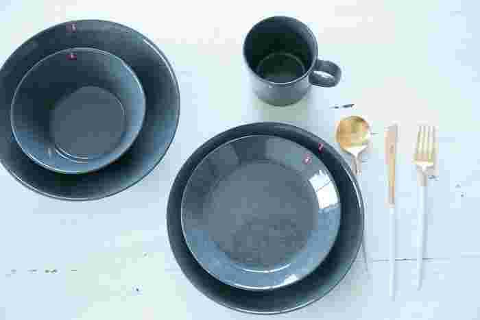 棚の中にすっきりと納まる食器の「数」を決めて、それ以上増えないように工夫することも大事なポイントです。たとえば大皿は〇枚、ボウルは〇個など、最初に具体的な数を決めておきましょう。食器の数を制限することで、いつもすっきりした状態をキープしやすくなりますよ。