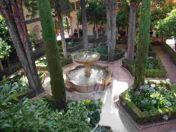 「リンダラハの中庭」と呼ばれるお庭は囚われの姉妹ソライダとリンダラハが、出窓からこの中庭を見下ろしたという伝説からこの名前がついたそうです。まるでファンタジー映画に出てくる楽園のような雰囲気!
