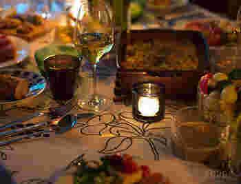 食卓をつつむ温かい光。  まるで宝石のような、存在感のあるキビのキャンドルホルダーにあかりを灯してムードある食卓を。