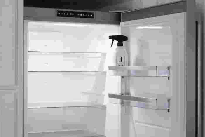梅雨は食中毒も気になる季節ですよね。そんな時期を迎える前に冷蔵庫内をキレイにしておきましょう。春の内なら気温が高すぎないので、短い時間なら食品を出しっぱなしにするのも気になりません。外せる棚は丸洗いし、庫内の壁は拭き掃除をしましょう。最後に除菌スプレーをしておけば安心です。