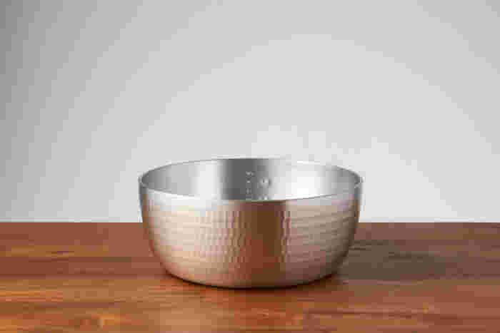 パッと見、ゆきひら鍋にも似た「やっとこ鍋」。大きく異なるのは、取っ手がないこと。昔から日本料理店などでプロの料理人に使われてきたから、使いやすさと機能性は折り紙つき。