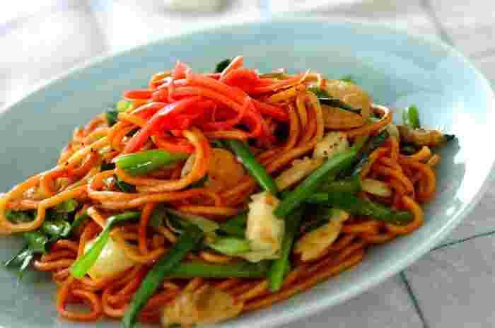 カレー粉を加えてピリッとした風味を楽しむ焼きそば。中華麺は炒める前にふんわりラップをかけて電子レンジで1分加熱し、ゴマ油を加えてほぐすのがポイントです。