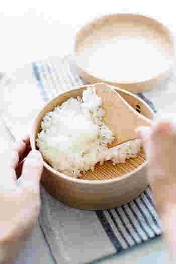 ご飯は、炊きたてのものをギューギューと押し込まず、ふんわりよそうようにします。 ご飯を入れた後は、常温になるまでしばらくそのまま時間を置きます。