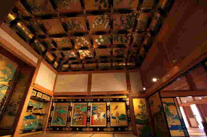 「昭君之間(しょうくんのま)」は、加藤清正が豊臣秀吉の遺児である秀頼を城に迎え入れるために作られた部屋だといわれています。 名前の由来は、中国の故事に登場する王昭君の絵画(襖絵とも屏風絵ともいわれる)があることにちなんでいます。