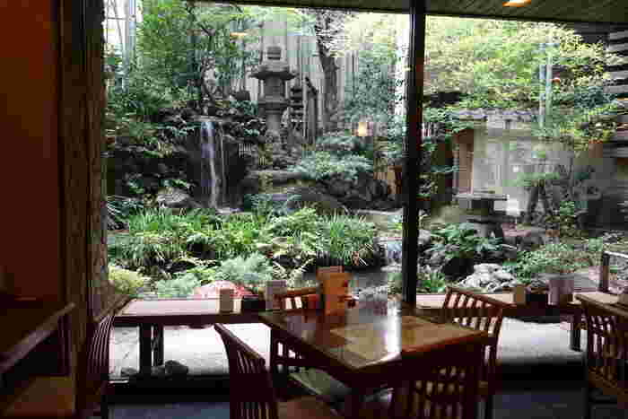 羽二重団子本店は、夏目漱石「吾輩は猫である」、司馬遼太郎「坂の上の雲」にも登場。正岡子規も句を残しました。美しい日本庭園が有名で、お稲荷さんも祀られています。