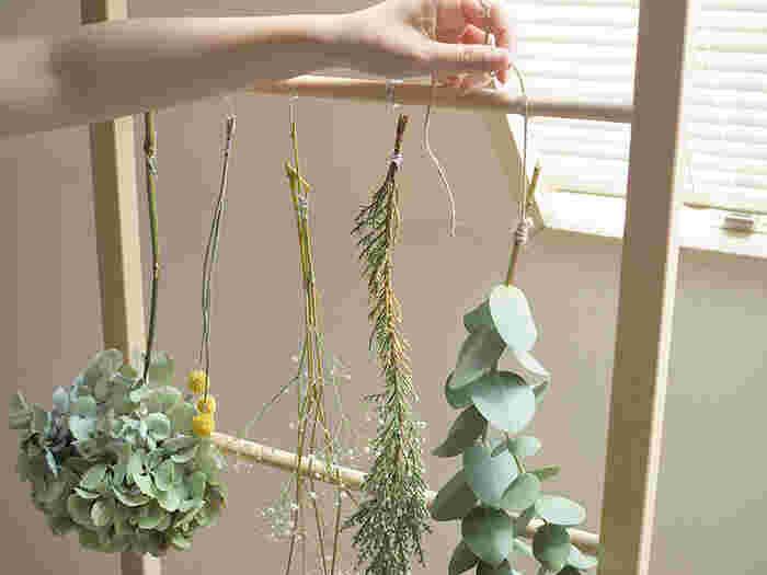より早く乾かしたいのであれば、水分を多く含む葉をあらかじめ落としてしまうのがポイント。