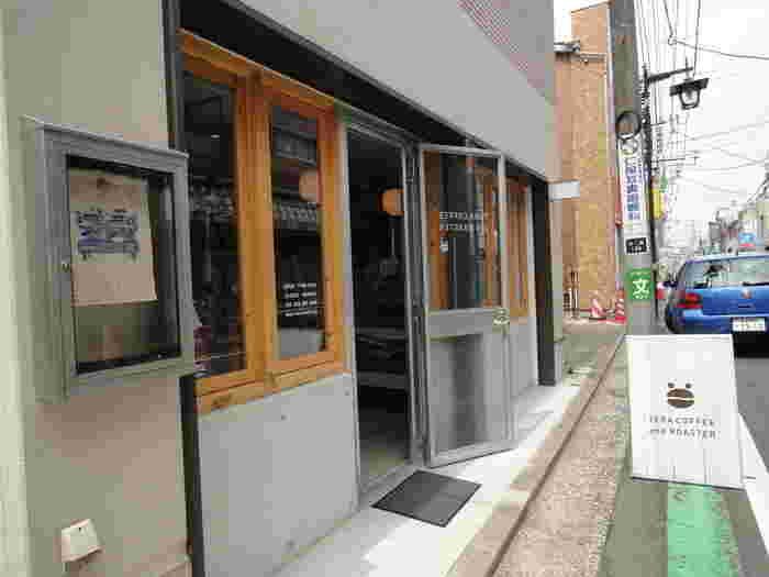 大倉山と白楽に店舗をかまえる「TERA COFFEE(テラコーヒー)」。コーヒー豆をカエルのように見立てたキュートなモチーフが目印です。(写真は白楽店)